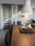 Wohn- und Esszimmerm mit offener Treppe