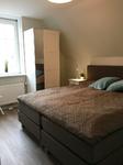 Schlafzimmer mit kleinem Bad und TV